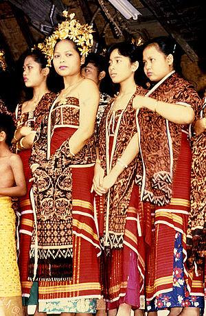 Jeunes Balinaises vêtues du traditionnel Geringsing aux propriétés surnaturelles, fabriqué uniquement à Tenganan. (Crédit phot : en.wikipedia.org)