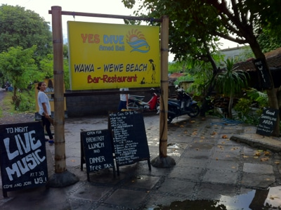 Un bar à l'atmosphère détendue et bohème. (Crédit photo : balifoodandfun.com)