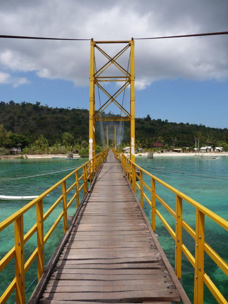 La petite passerelle qui surplombe le détroit est le seul moyen d'accéder à l'île de Ceningan ; un détour qui vaut le coup d'oeil ! (Crédit photo : www.enroutepourlasie.com)