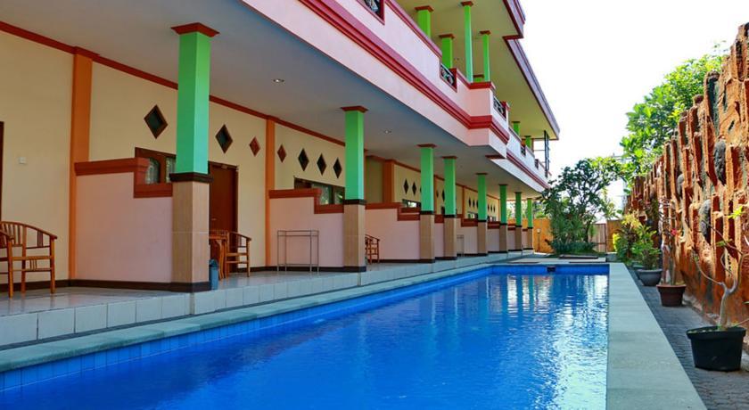 Cet hôtel confortable et spacieux propose des prix très abordables pour les prestations dont il dispose : piscine, télévision à écran plat et terrasse privative sont au rendez-vous ! (Crédit photo : Booking.com)