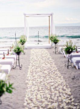 Quoi de plus romantique qu'un mariage face à l'océan ? (Crédit photo : pinterest.com)