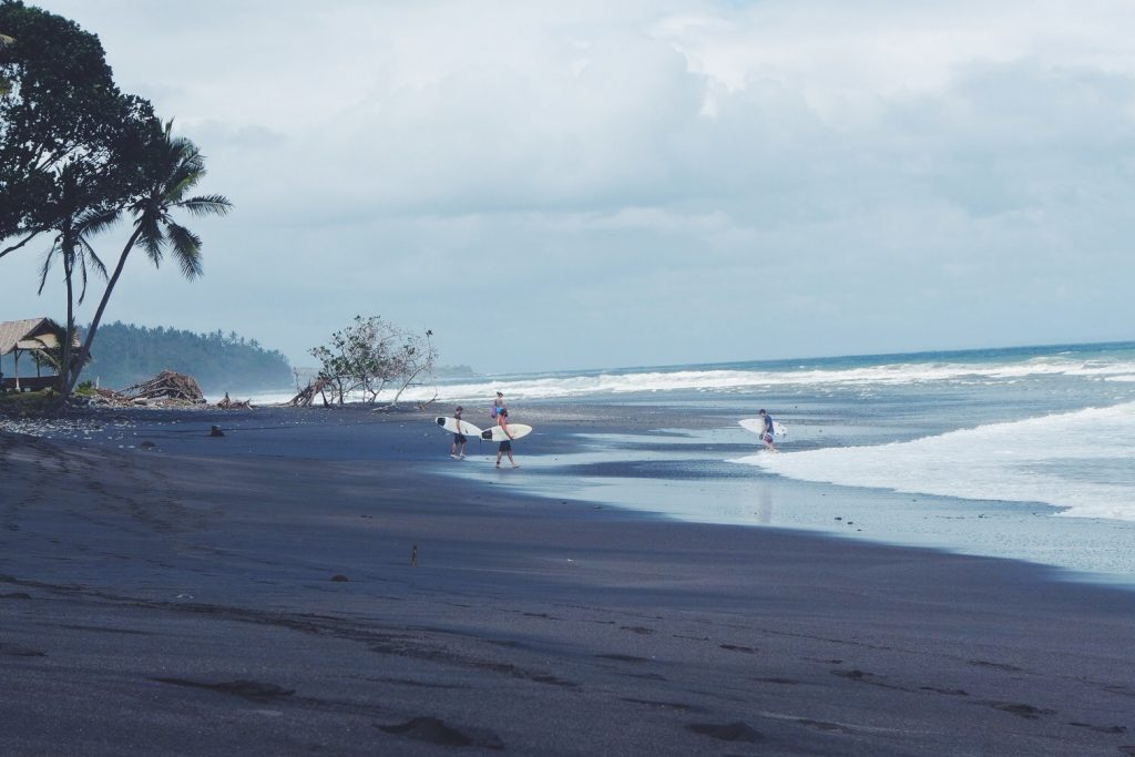 La plage de Balian et son sable volcanique a un charme bien particulier (crédit photo : sportsandsand.com)