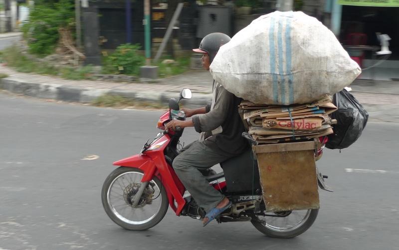 Le scooter est le moyen de transport le plus plébiscité par les Balinais : rapide et bon-marché, il permet de se faufiler dans les ruelles les plus étroites, à la découverte des secrets de l'île ! (Crédit photo : scootercommunity.com.au)
