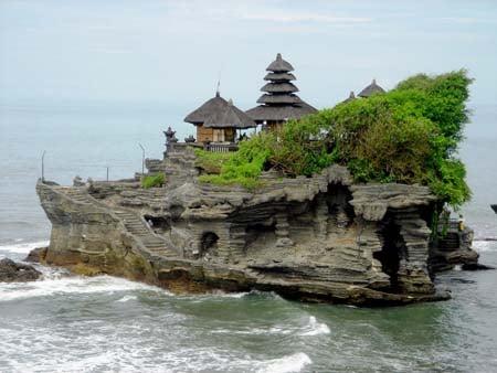 Le temple a acquis sa notoriété en partie grâce à son architecture particulière : situé sur un promontoire rocheux, il est coupé du reste de l'île deux fois par jour, à chaque marée haute. (Crédit photo : www.wikitravlling.us)