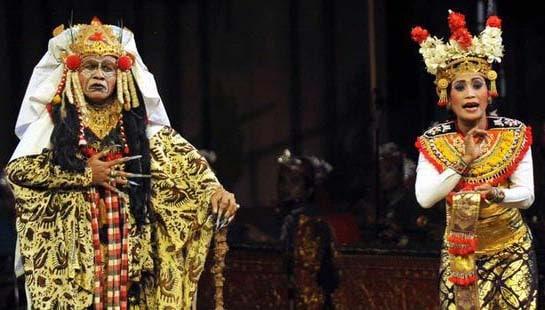 La danse qui raconte l'histoire de la sorcière Calon Arang est constitue le clou du spectacle lors des festins au Palais Royal de Tabanan. (Crédit photo : budaya-indonesia.org)