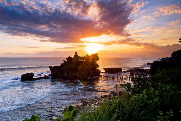 Le temple du Tanah Lot est impressionnant avec son architecture dominant la mer. (Crédit photo : rentalmobilbali.net)