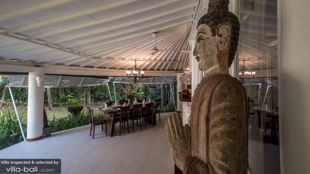 La villa Pandora est propice à la rêverie et à l'introspection, avec ses grands espaces et la sérénité qui se dégage de sa décoration raffinée. ( Crédit photo : villa-bali.com)