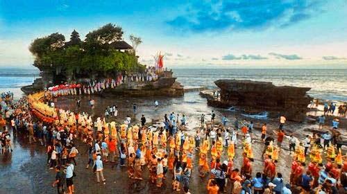 Les célébrations autour du Tanah Lot sont toujours grandioses et laissent des souvenirs impérissables. (Crédit photo : baliglory.com)