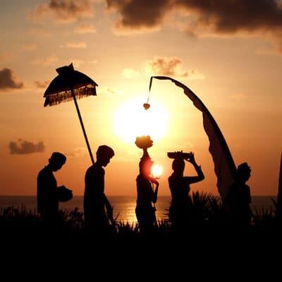 Durant les célébrations de Galungan, les Balinais transportent décorations et offrandes diverses vers les temples pour célébrer la victoire du Bien sur le Mal. (Crédit photo : www.kaskus.co.id )