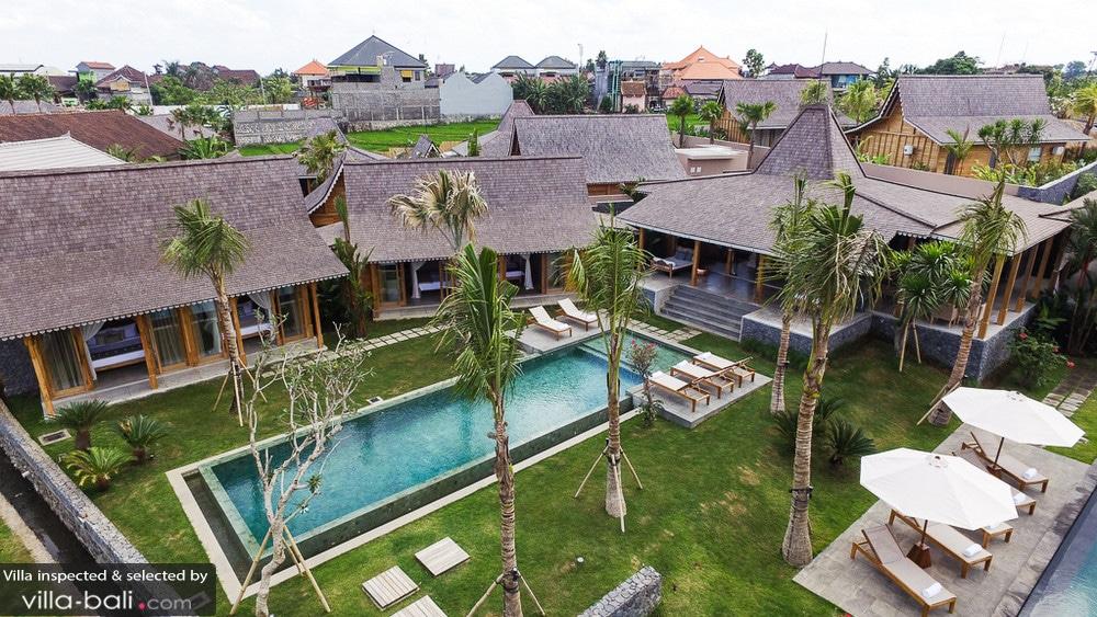 Subtile association de deux villas aux dimensions plus modestes, la villa Mannao Estate est un ensemble grandiose, idéal pour des fêtes familiales. (Crédit photo : www.villa-bali.com)