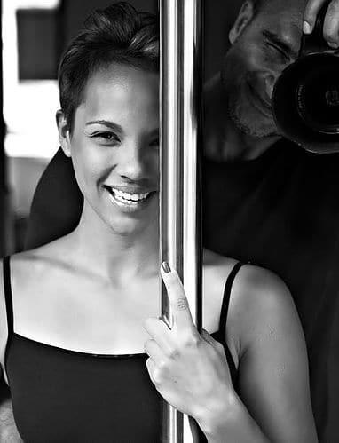 La pratique du Pole Dance permet à la fois un effort physique intense, un moment de plaisir, mais aussi une sensation de féminité absolue. (Crédit photo : polestudiobali.com)