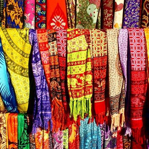 Le marché d'art d'Ubud comporte aussi des étals de nourriture et de vêtements, souvent qualitatifs. (Crédit photo : vogue.com)