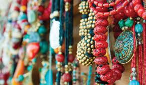Le marché de Kuta propose un panel de produits vastes et variés : de quoi faire ses achats dans une atmosphère colorée ! (Crédit photo : makemytrip.com)