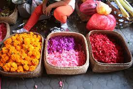 Fleurs et gâteaux sucrés sont vendus sur ce marché qui fournit tout le nécessaire à la confection des offrandes. (Crédit photo : thehuntergathrers.wordpress.com)
