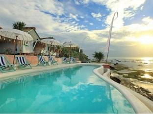 Le Pirate : notre petit secret pour ceux qui souhaiteraient boire un verre au calme, à l'abri des hordes de visiteurs, tout en admirant la baie ! (Crédit photo : beach.com)