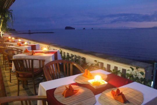 Le Lé-Zat et sa terrasse ouverte sur la baie offrent une atmosphère particulièrement chaleureuse. (Crédit photo : idreamofbali.com)