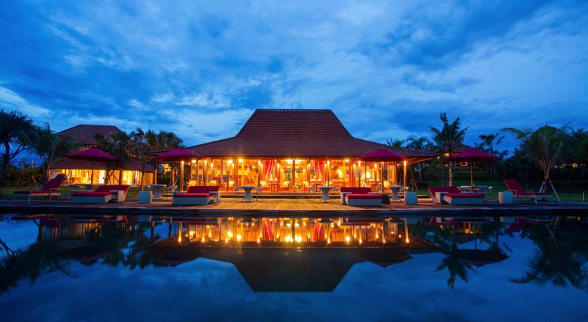 Situé au beau milieu des rizières et à 14 minutes du parc à papillons de Tabanan, cet hôtel ravira les amateurs de tradition ! (Crédit photo : Booking.com)