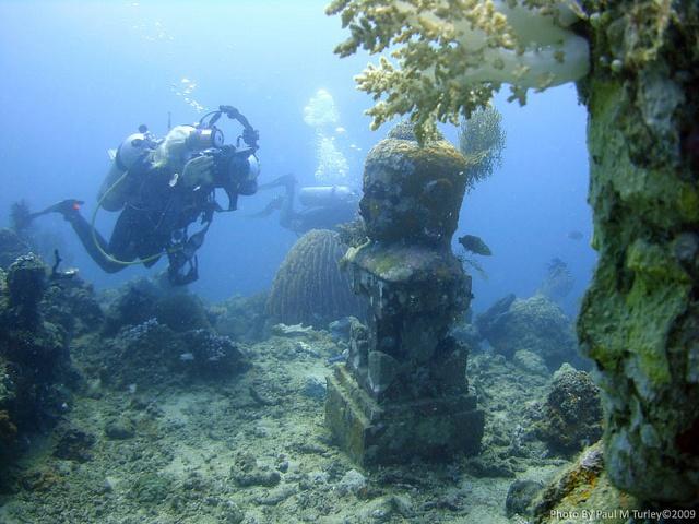 Le temple sous-marin de Pemuteran n'est pas antique, mais sa fonction permettra peut-être de sauver un patrimoine millénaire puisqu'il a pour vocation de protéger le récif corallien. (Crédit photo : www.pinterest.com)