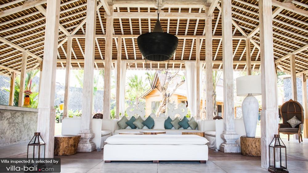 A Kerobokan, la villa Mannao Estate et sa décoration aux tons clairs accentue le côté spacieux du site. (Crédit photo : villa-bali.com)