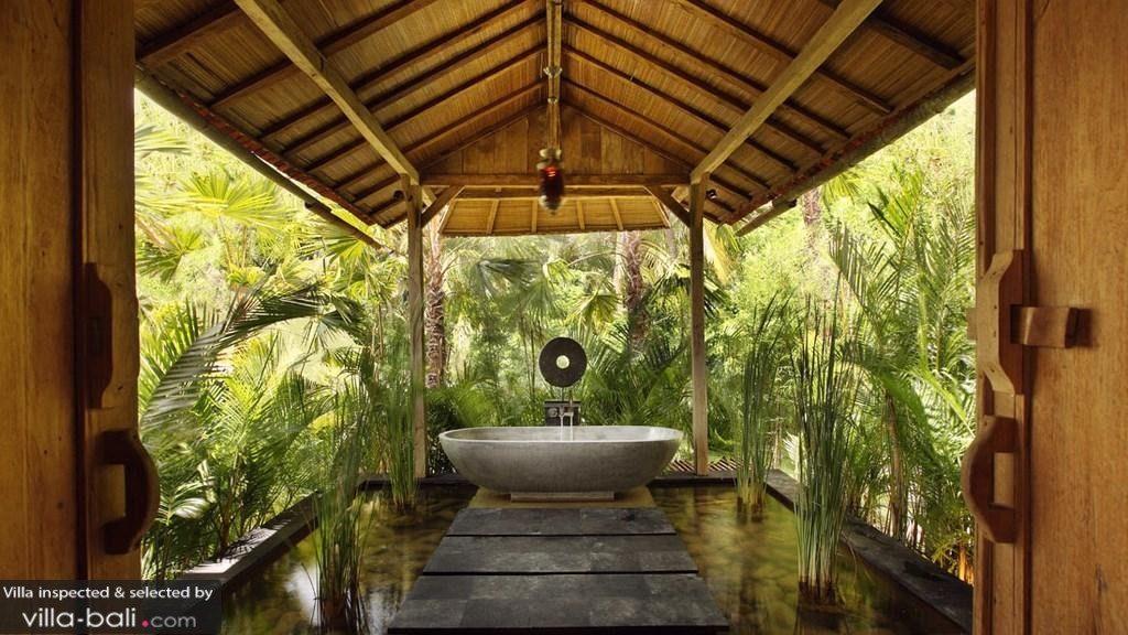 La salle de bains de la villa Tangguntiti, à Tabanan, est entourée d'une végétation luxuriante... L'harmonie est au rendez-vous ! (Crédit photo : villa-bali.com/fr )