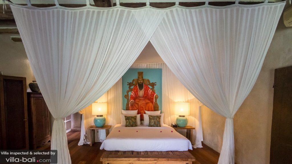 La villa Galante est la villa traditionnelle par excellence : ses touches artistiques et son mobilier antique en font un lieu de villégiature particulièrement apprécié ! (Crédit photo : villa-bali.com)